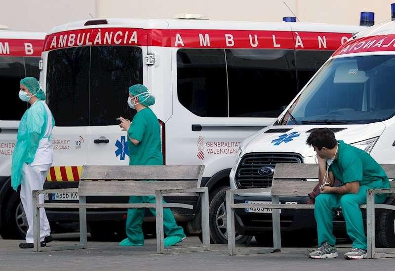 Trabajadores sanitarios del hospital La Fé de Valencia, en un momento de descanso. EFE