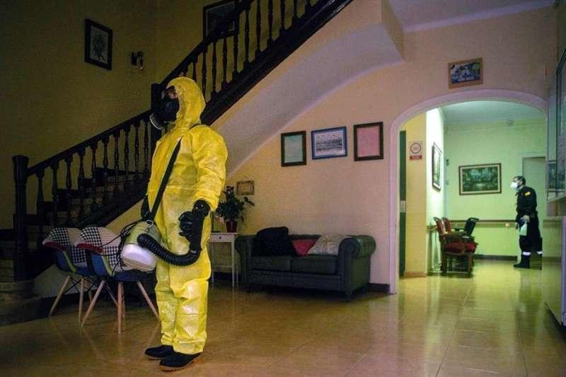 Miembros de la Unidad Militar de Emergencia (UME) trabajan desinfectado una residencia geriátrica. EFE/Archivo