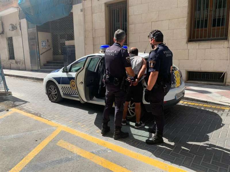 Imagen cedida por la Policía Local de Alicante de una de las detenciones realizadas. EFE