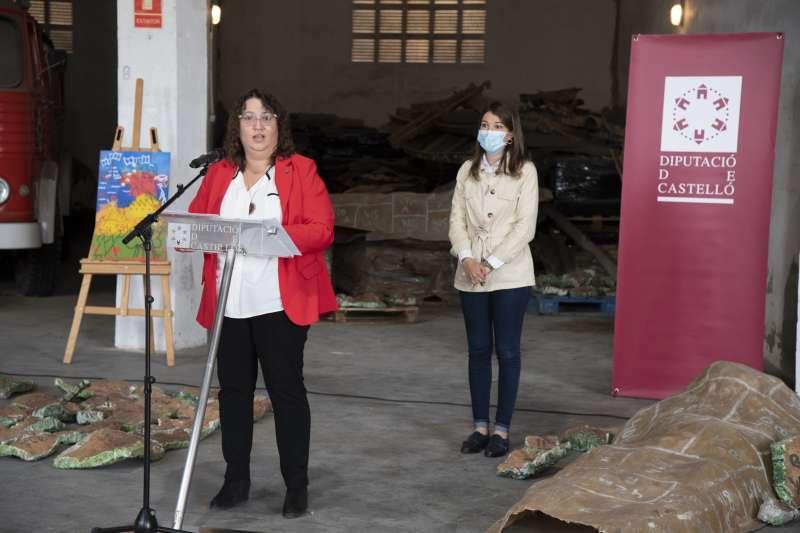Ruth Sanz y María Jiménez con las piezas del mural encontrado