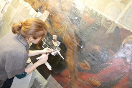 Restauradora recuperando un lienzo. FOTO:EPDA