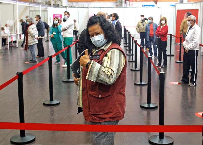 Una mujer espera su turno para vacunarse en la Ciudad de la Luz de Alicante.