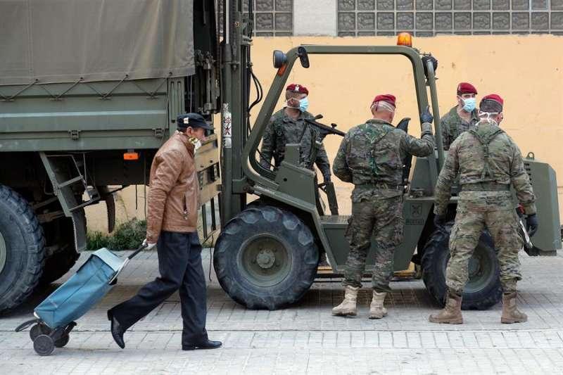 El Batallón del Cuartel General Terrestre de Alta Disponibilidad, en València por la pandemia de coronavirus, en una imagen de este viernes. EFE/Kai Försterling