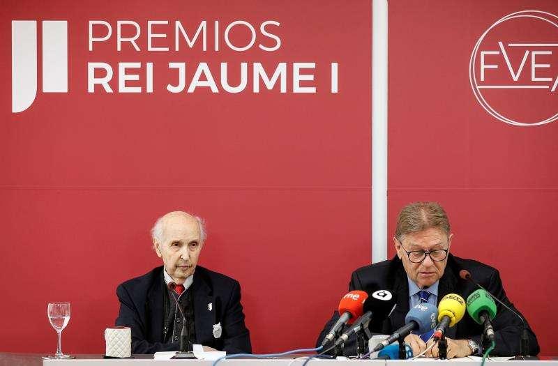 El profesor Santiago Grisolía presidente fundador de la Fundación Premios Rey Jaime I, y Javier Quesada, presidente ejecutivo