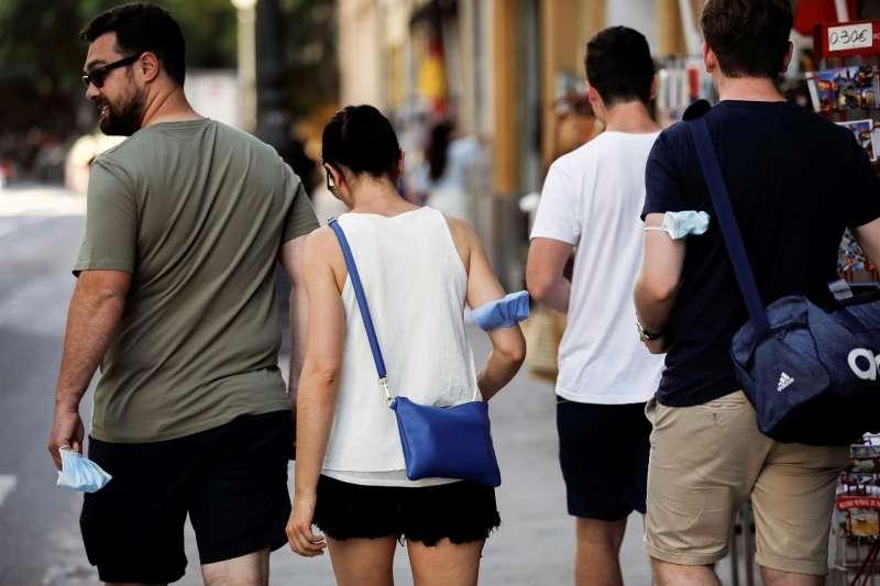 Varias personas sin mascarilla por el centro de València en una imagen de archivo.