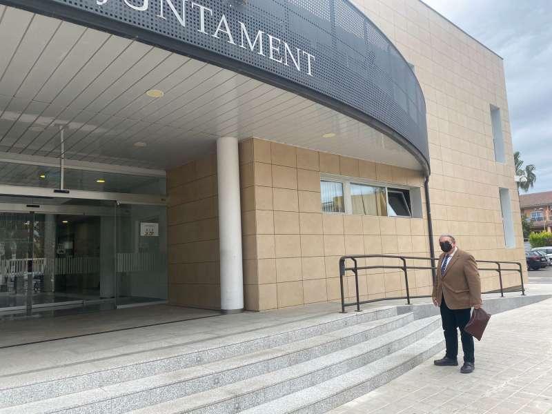 Sancho posa para El Periódico de Aquí frente al ayuntamiento de Canet ayer miércoles. P. V.