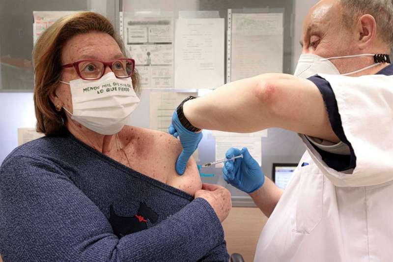 Una mujer se vacuna en el centro de salud Safranar de Valencia.