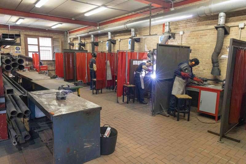 Alumnos de soldadura en el taller
