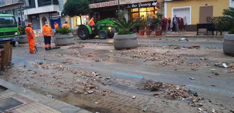 Tierra y piedras invaden una vía de la localidad valenciana de Cullera debido al temporal de lluvia
