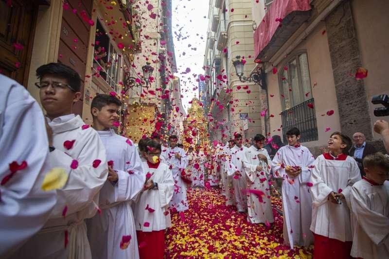 Las calles de Valencia repleta de pétalos. EPDA