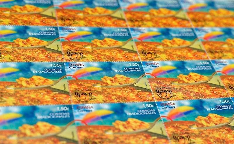 Correos ha emitido este viernes un sello dedicado a la paella, con una tirada de 180.000 ejemplares y un valor facial de 1,50 euros, la tarifa para una carta normalizada dirigida a los países no europeos. EFE/Kai Försterling