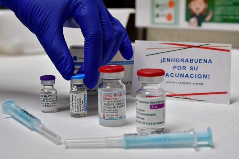 Imagen de las cuatro vacunas disponibles en un punto de vacunación