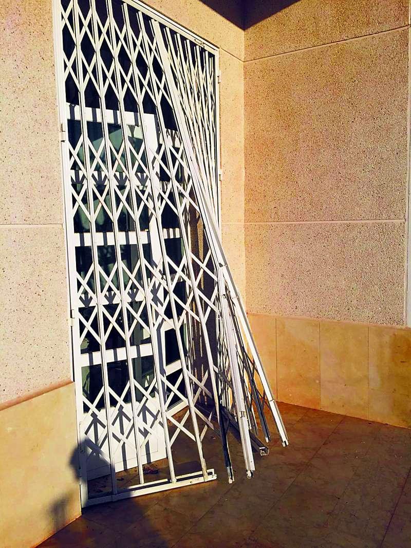 Verja rota del Auditorio de Albalat dels Tarongers. EPDA