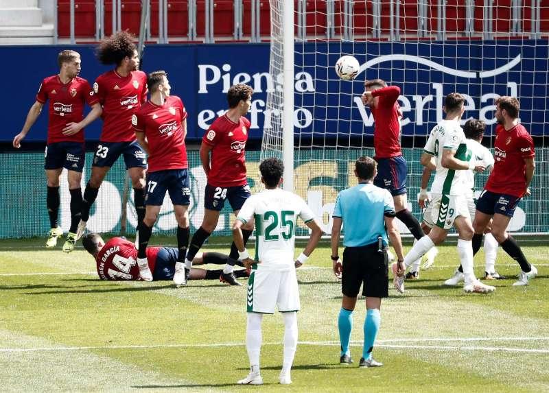Los jugadores del Osasuna y del Elche durante el partido disputado domingo en Pamplona. EFE/Jesús Diges