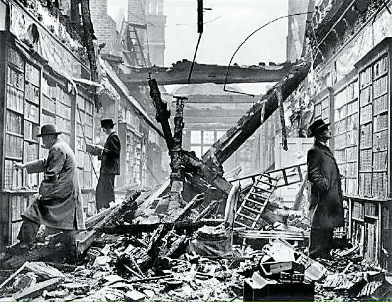 Biblioteca de Holland House tras el bombardeo alemán de 1940