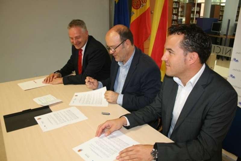 Ramón Puchades (centro), con los responsables de Mapfre y Asindown. EPDA