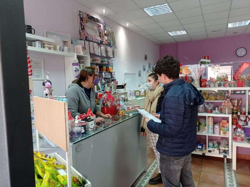 Educadores ambientales visitan comercios