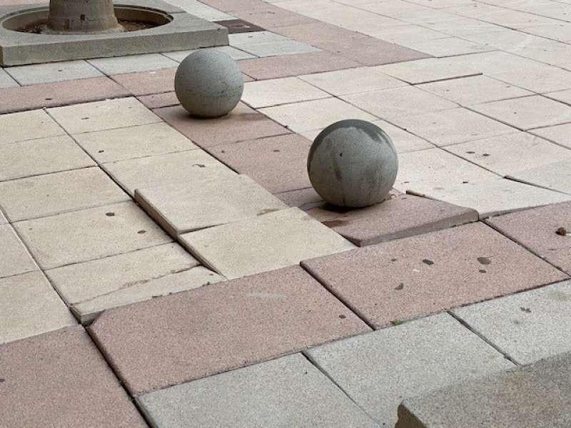 El suelo de una plaza en mal estado