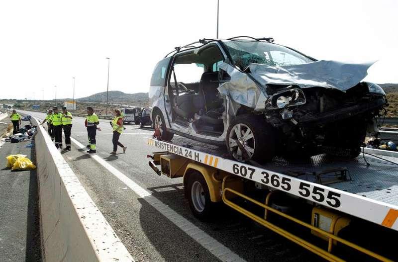Efectivos de la Guardia Civil trabajan en la autopista AP-7 tras un accidente. EFE/Morell/ARchivo