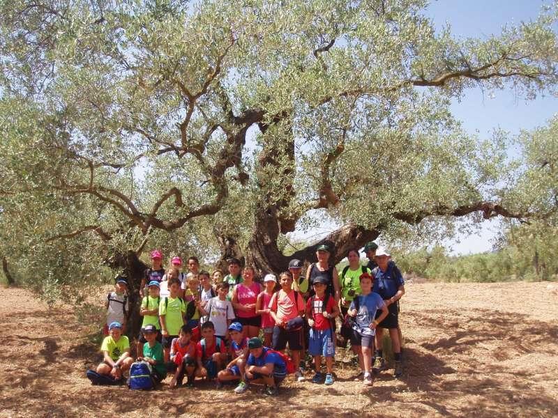 Foto de familia de los niños con los concejales de Algímia durante el viaje. EPDA