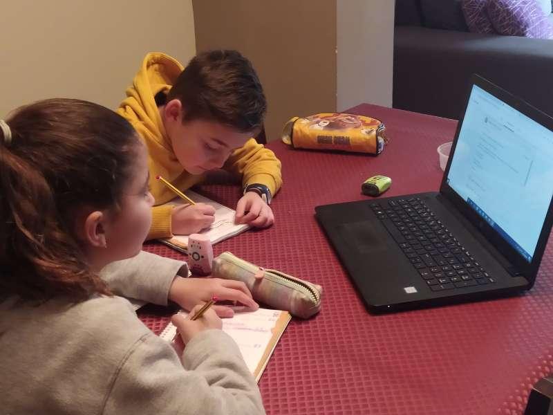 Los niños mantienen actividad en sus casas