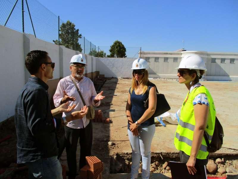 Cristina Civera en la visita de las obras al polideportivo municipal.