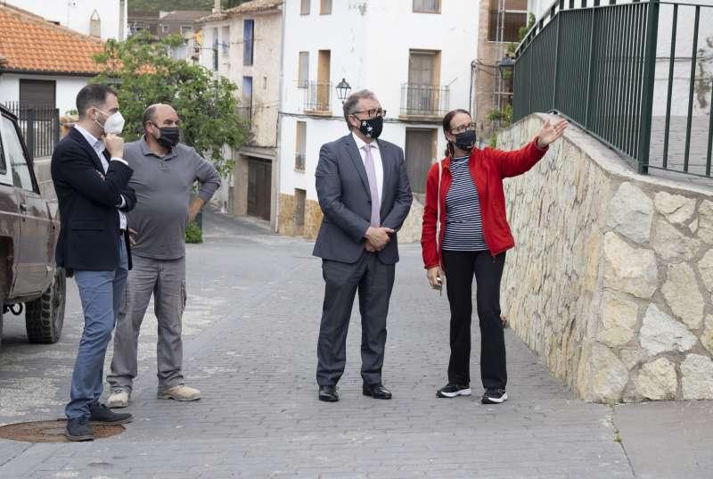 Atendiendo a las explicaciones de la alcaldesa de Pavías, Mª Carmen Vives