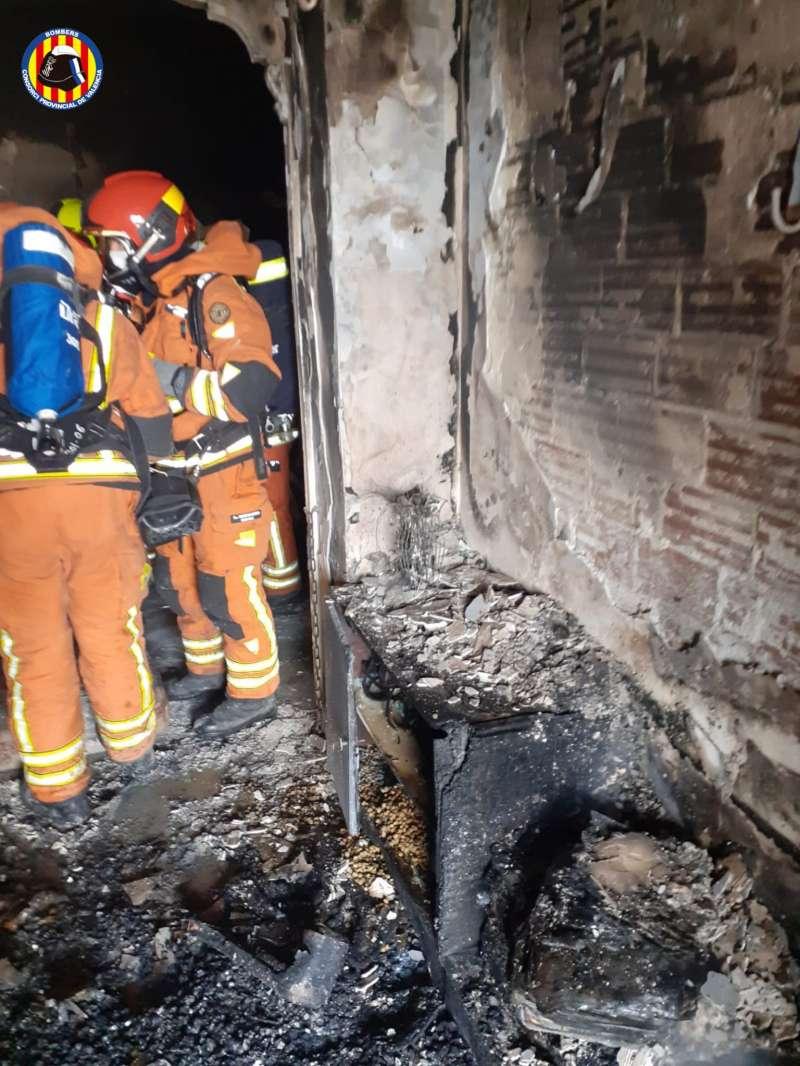 Bomberos en la casa incendiada