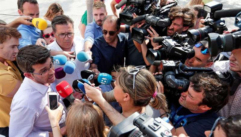 El expresidente de la Diputación de Valencia y alcalde de Ontinyent, Jorge Rodríguez, atiende a los medios de comunicación. EFE