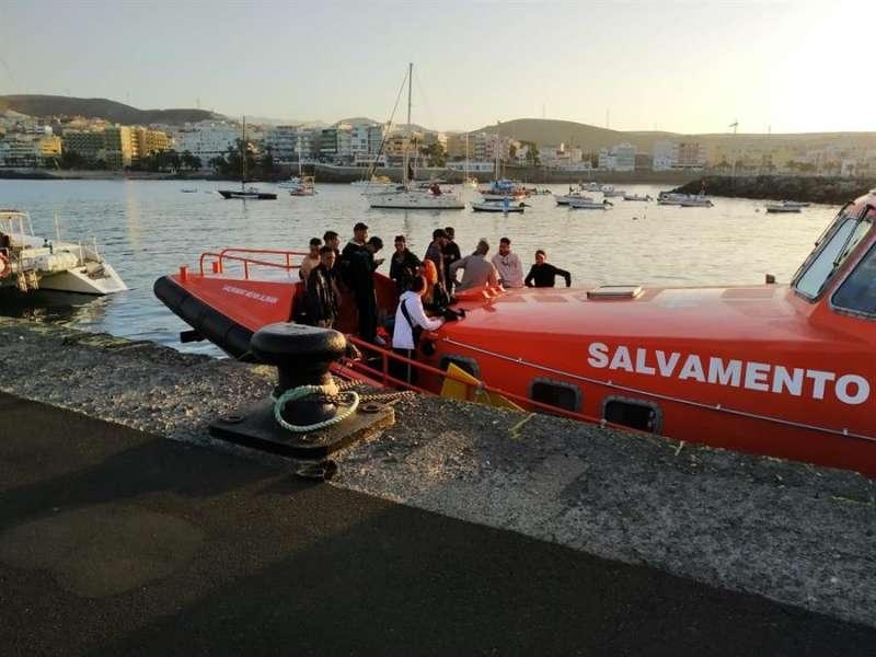 Imagen de la Guardia Civil de la atención de Salvamento Marítimo a inmigrantes de una patera interceptada. EFE