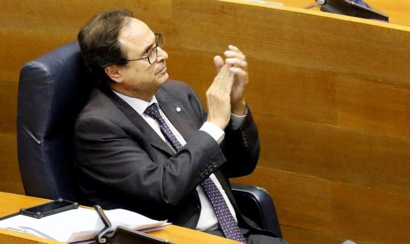Vicent Soler, aplaude durante el pleno de Les Corts Valencianes. EFE/Kai Fosrterling