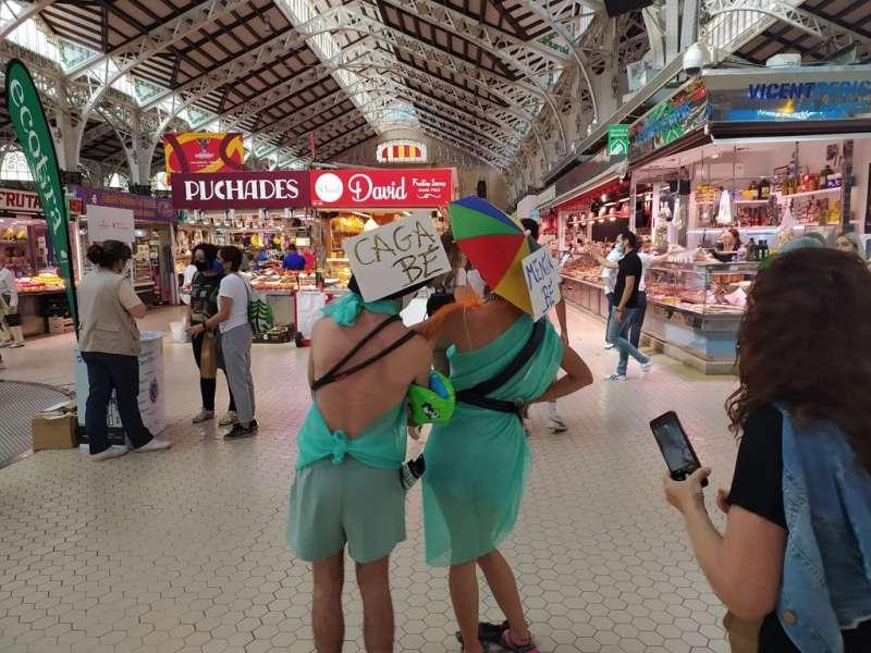 Las dos mujeres disfrazadas se pasean por el Mercado Central