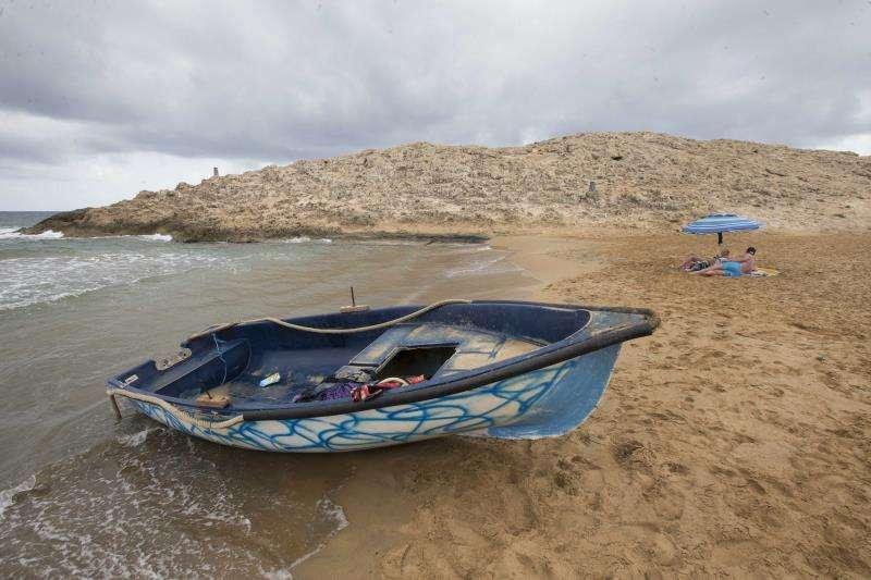 Una patera en una playa. EFE/ Archivo