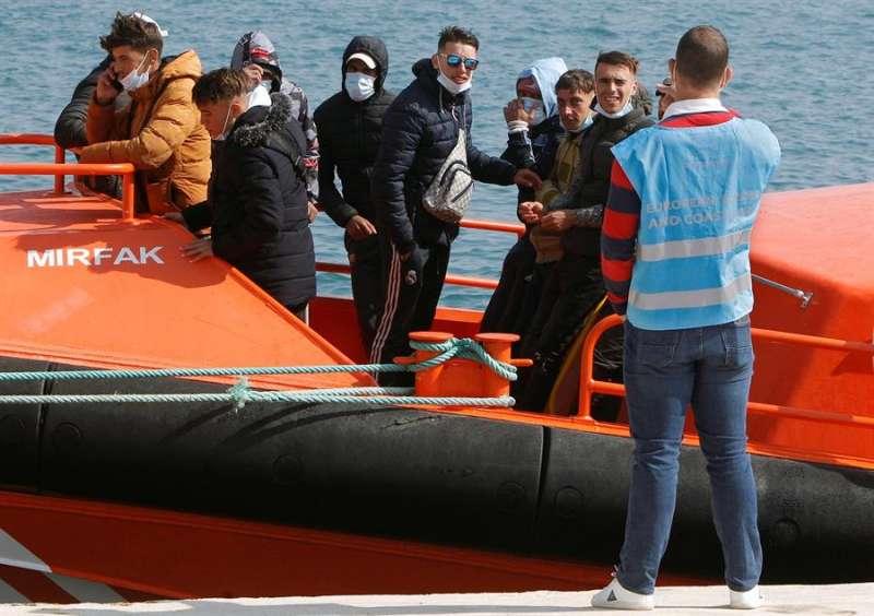 Los diez inmigrantes, todos hombres de origen magrebí, que han sido rescatados cuando navegaban en una patera de pequeñas dimensiones. EFE