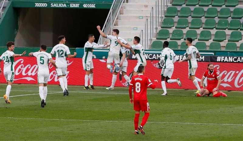 Los jugadores del Elche celebran el segundo gol de su equipo en el encuentro ganado este s�bado en el Mart�nez Valero frente al Sevilla. EFE /Manuel Lorenzo