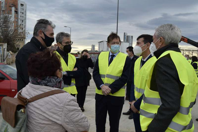 Puig y García conversan con vecinos en su visita a la zona. EPDA