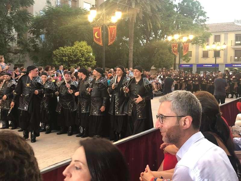 El conseller Arcadi España durante la celebración de Moros y Cristianos en Aielo de Malferit. EPDA