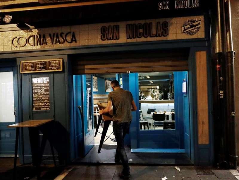 Los establecimientos de hostelería de Navarra han bajado este miércoles la persiana a las 22:00 horas. EFE/ Jesús Diges