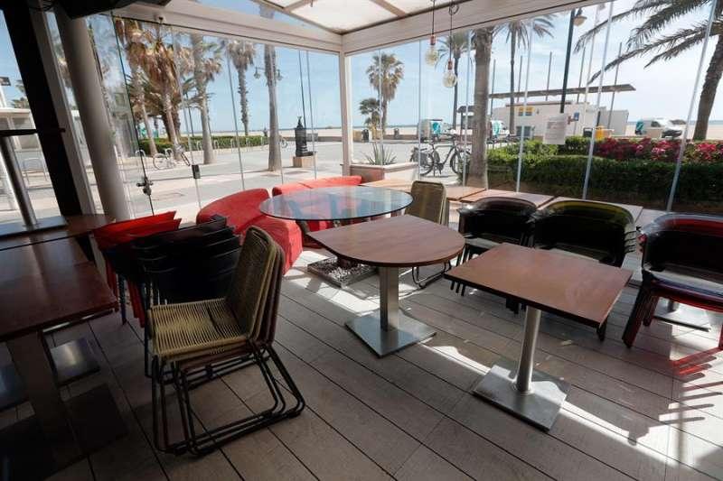 En la imagen, restaurantes cerrados por la crisis del coronavirus en la playa de la Malvarrosa de València. EFE