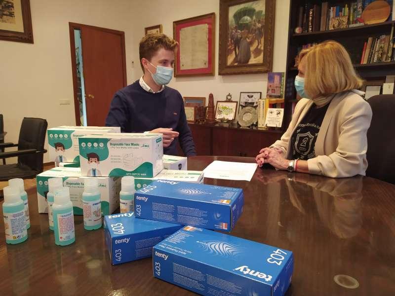 Moisés Barber con la alcaldesa en la donación de material sanitario al Ayuntamiento. / EPDA