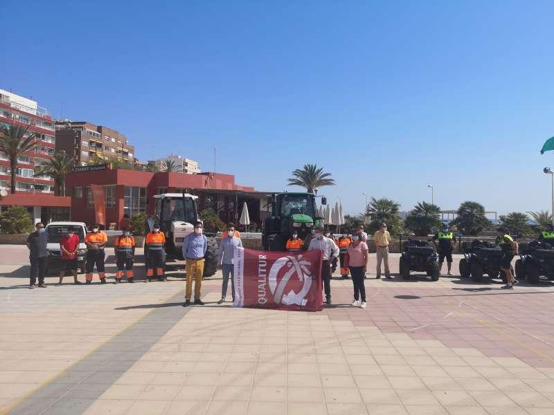 Colomer y las autoridades de Sagunt con la bandera de Qualitur y el dispositivo de playas.