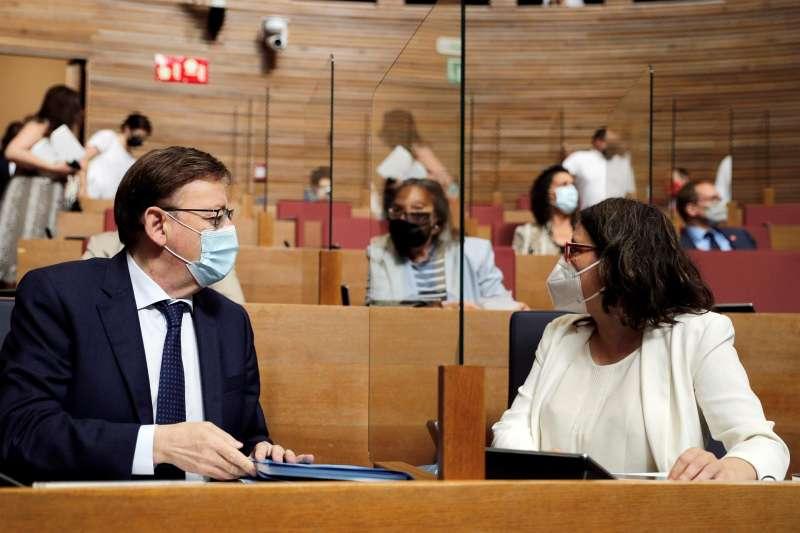 El president de la Generalitat, Ximo Puig, conversa con la vicepresidenta, Mónica Oltra