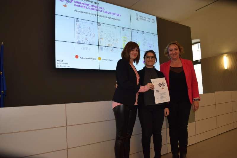 La alcaldesa, Eva Sanz, recogiendo el premio. EPDA