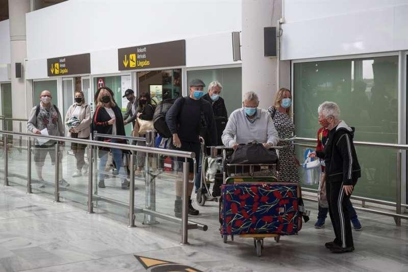 Varios turistas salen de la sala de recogida de equipajes. EFE