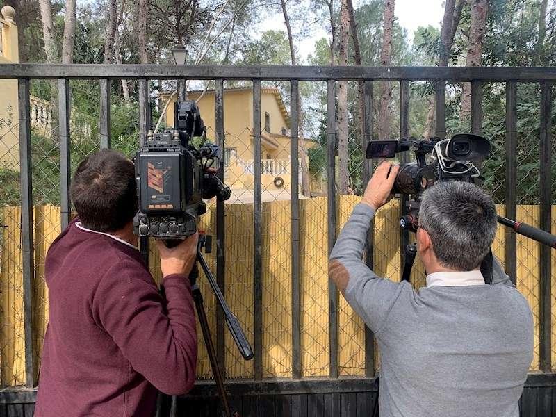 Dos cámaras de televisión graban imágenes de la casa donde ocurrieron los hechos. EFE