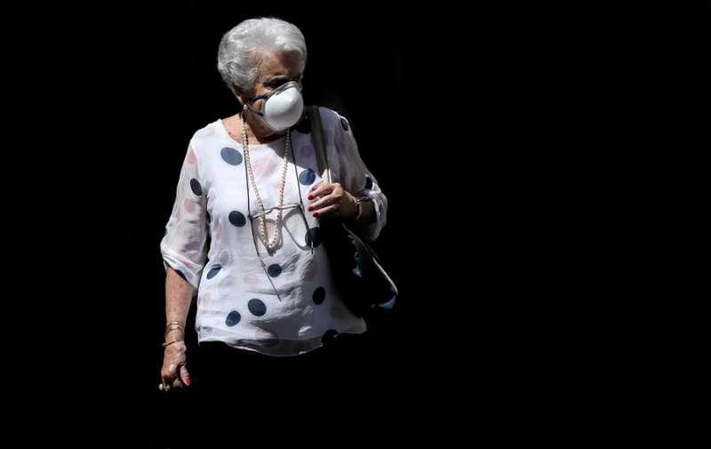 Una mujer pasea protegida con una mascarilla . EFE/Ana Escobar/Archivo