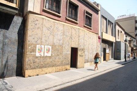 Aspecto de la Calle Mayor en el que los edificios están ya protegidos con paneles y enrejados. Foto: EPDA