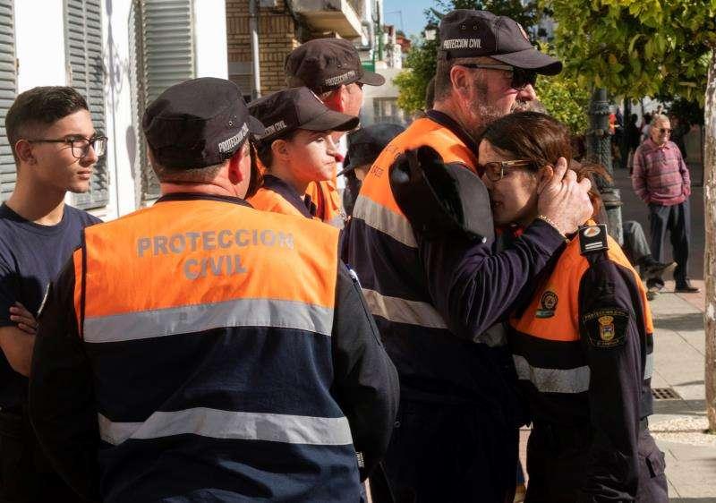 Miembros de Protección Civil se consuelan tras el hallazgo del cadáver de Laura Luelmo. EFE