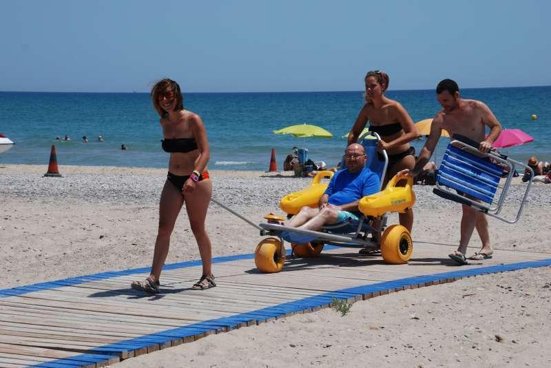 Servicio de los puntos accesibles de la playa de l