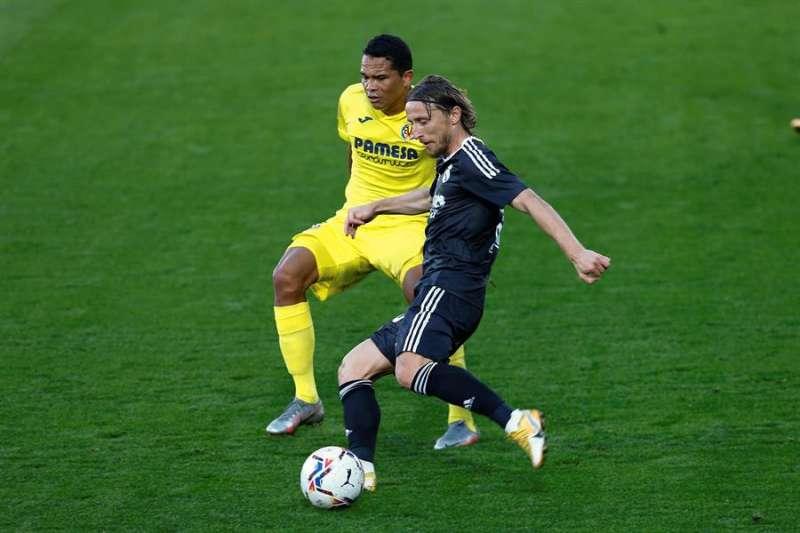 El centrocampista croata del Real Madrid, Luka Modric con el balón ante Carlos Bacca jugador del Villarreal. EFE/ Domenech Castelló